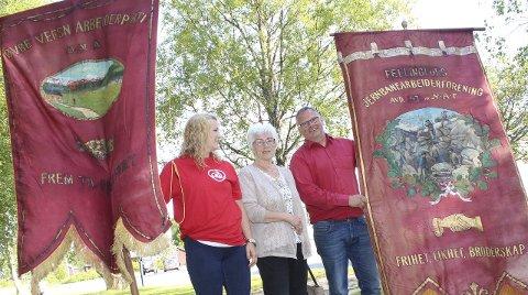Fane: Ida-Catrin Olsen (t.v.), Jorunn Bogfjellmo og Bjørn Ivar Lamo viser fram Grane Aps gamle faner. Den til venstre er trolig fra stiftelsesåret 1915. Foto: Jon Steinar Linga