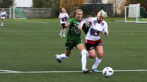 Uavgjort: Resultatet ble 1-1 da Halsøy møtte Innstranden på Leira lørdag. Her kjemper Hilde Nilsskog om ballen mot en Innstranden-spiller. Foto: Stine Skipnes