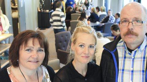 Seminar: Omsorgsleder Karin Ingebrigtsen (t.v.) prosjektleder Stina-Marie Kvandal og økonomisjef Asle Gammeli har sammen med 100 andre ledere (bak)  brukt  to dager på Lean-semminar på Fru Haugans hotel. Foto:  Jon Steinar Linga