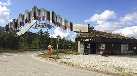 NYTT LIV: Porten til Nord-Norge er oppgradert på flere områder, og skiltet over E6 ble malt i fjor sommer. Neste steg for eierne er å få til et overnattingstilbud. Foto: Vegard Olsen
