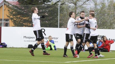 JUBEL I FJOR: Sortland slo Sandnessjøen 3–1 på Stamnes Arena i vårkampen i fjor. Klarer de å gjenta den bedriften er de sikret videre spill i 3. divisjon, men hvis de taper blir det en spennende avslutning.