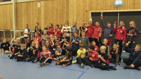 TURNERING FOR REKRUTTER: Herøy IL badminton rekrutterer spillere hele tiden, og i høst arrangerte de for første gang en rekrutturnering. Her er en super rekkruttgjeng etter at de har spilt ferdig. Foto: Astrid Reinertsen