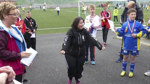 MEDALJEUTDELING: Lions Mosjøen arrangerte fotballturnering for HC-lagene til Halsøy og Sandnessjøen IL på Leira. Pia Engelsø fra Halsøy HC er såååå fornøyd når hun får komme fram og få sin velfortjente medalje.  FOTO: SVERRE STOKKA