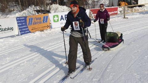 50 meter til: Niclas Skjervstad og Veronica Johnsen er snart ferdig med sitt Hjartfjellrenn med ett år gamle Sondre i pulken.  Bilder: Rune Pedersen