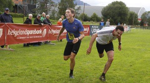 LIKT OVER MÅL: Spurtoppgjør om seieren på 21 km. Ivar Tveråa t.v. og Erik Nordstoga ble dømt likt over mål. Foto: Per Vikan