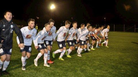 JUBEL: Rana FK kunne juble og takke sine supportere etter en god oppvisning på Sagbakken. Det ble brakseier mot MIL.