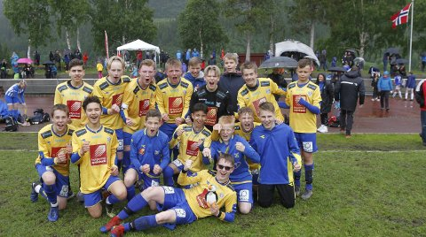 SEIER SOM SMAKTE: Jublende SIL-gutter etter seier over Namsos i G15. Kaptein Aslak Hansen foran og målscorer Amir Hassan Barbary bak til venstre. Foto: Per Vikan