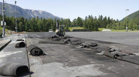 FJERNER GAMMELT: Det gamle dekket er fjernet og ligger i bakgrunnen. Nå skal deler av underlaget fjernes, den såkalte paden som er en fjærende asfalt. Foto: Per Vikan