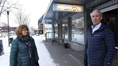 Stengt: Termik Second Hand Shop har stengt dørene som følge av koronaviruset. - Vi vet ikke om og når vi åpner igjen, men vi håper at det løser seg, sier Lill Karin Aanes, daglig leder i Termik. Styrelder Asle Bardal til høyre. Planen var å legge ned 1. mai 2020.