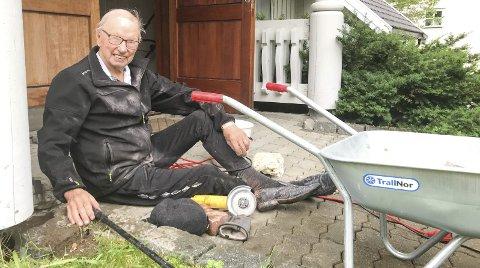 GJØR JOBBEN SITTENDE: Rolv Kleiven (90) har snudd hver stein foran Adventkriken i Mosjøen. Han var sentral i byggingen av kirken for 26 år siden og er fortsatt veldig opptatt av at det skal se fint ut. – Jeg har brukt tre uker på denne jobben, sier han. Foto: Per Vikan