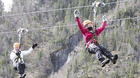 FIN TUR: Til tross for høydeskrekken klarte Matilde Waage Eikill (t.v.) å nyte turen ned fra fjellet i zipline sammen med Eva Degelmann. – Artig å se tretoppene, sier Matilde.