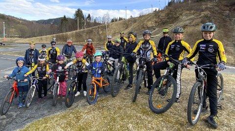 MANGE GRUPPER: Treningene er inndelt i grupper etter alder og ferdigheter. Her er de samlet før trening på Kippermoen mandag.   Foto: Per Vikan