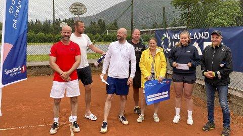 FØRSTE TENNISTURNERING: Her er alle finalistene samlet etter Mosjøen tennisklubb første turnering.  Foto: Marthe Steinsdatter Bergmann