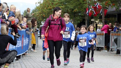 SUKSESS I TO ÅR: I 2019 og 2020 har sentrumsløpet i Mosjøen vært en suksess, men i år henger det i en tynn tråd. Bildet er fra Barnas MILÆ i 2019.  Foto: Stine Skipnes