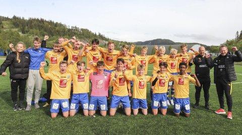 SANDNESSJØEN G16: Første steg på veien i G16 Telenorcup var kvalifiseringskampen mot Mosjøen. En glad gjeng etter at de vant 4-3 på Kippermoen. Foto: Per VIkan