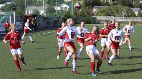 ÅTTENDELSFINALE: Halsøy-jentene er klar for 1. runde i J16 NM Telenorcup, og etter kvalifiseringen er det bare 16 lag igjen i landet. Bildet er fra Mjølner-kampen.