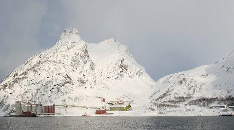 UTSATT: Rasfaren  er overhengende for Sibelcos anlegg på Stjernøya. Det krever spesielle forholdsregler vinterstid. Innfelt: Verksdirektør Ove Sollid.