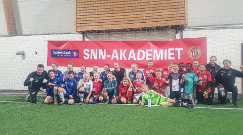 HELT PÅ HJEMMEBANE: Sigurd Rushfeldt sammen med ivrige spillere fra Norild og Polarstjernen i aldersgruppen 2002-2008.