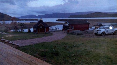 ULOVLIG: Grillhytta til venstre på bildet er ulovlig satt opp, mener Båtsfjord kommune. Det kan ende opp med et gebyr på 159 500 kroner for eierne.