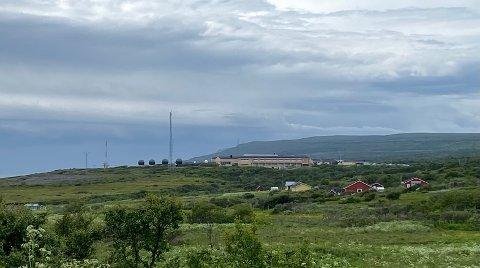 HAR SATT OPP FIRE KUPLER: Ved Etterretningstjenestens stasjon utenfor Vadsø, har det dukket opp fire kupler. Forsvaret sier at den aktuelle moderniseringen og oppgraderingen ikke vil medføre fare eller ulempe for lokalbefolkningen.