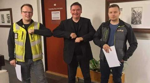 KLASKET ALBUER: Johan Nedrejord  og Morten Ailu Hansen underskrev kontrakt med ordfører Svein Atle Somby, og etterpå klasket de albuer.