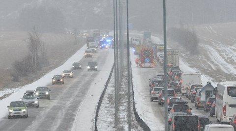 KAN BLI KAOS IGJEN: Fredag ble det massive trafikale problemer på E6 ved Jessheim, etter at et vogntog hadde sklidd og sperret ett felt i begge kjøreretninger. Tirsdag kan det bli kaos igjen, ettersom det er ventet både snø, sludd og regn.