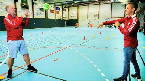 KLARE: Jahn Svendsen og Karl Fredrik Bevan i BSF ber inn til håndballskole i høstferien.