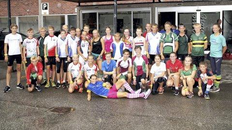 BY-ORIENTERING: Deltagerne i tirsdag-kveldens sprint-trening samlet ved rådhuset. Alle foto: Privat