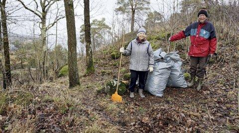 HOLDER DET RYDDIG rundt seg: Gunvor (82) og Kjell Grette (89) liker å holde skogområdet ved Gausen Terrasse ryddig og rent. - Kanskje kan vi inspirere andre også, sier Gunvor. Begge foto: Bjørn Tore Brøske