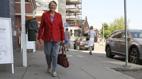 94 ÅR OG LIKE BLID: Agnes Lien holder seg i form ved sine ukentlige spaserturer. Foto: Lars Ivar Hordnes