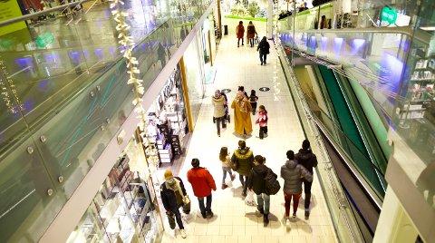 STRØMMET TIL KJØPESENTERET: Mandag åpnet butikkene igjen, etter å ha vært stengt i nesten en uke. Det var det tydelig mange som hadde ventet på.