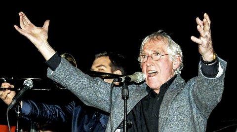 Artisten: Alf Cranner synger og framfører visen «Tivoli» på Skåtøy i februar 2013.
