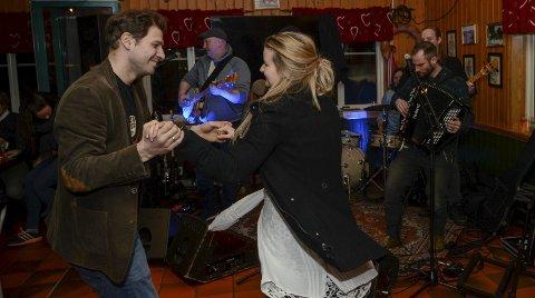 DANS: Anette og Bartorz Lange svingte seg på dansegulvet til musikk fra Rusty Roots fra Neslandsvatn.