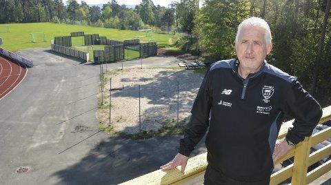 STØTTE: Leder i KIF Allianse, Reidar Skoglund, kan konstatere at sykkel- og rulleskiprosjektet ved Kragerø stadion har fått en betydelig pengegave.