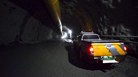 850 meter inn i tunnelen: Her står vi langt inne i Damåsen. Tunneltak og -vegger er allerede dekket med sement, og boringen av hull for dynamitten fyller hulrommet med en intens lyd som pågår i timevis hver dag.