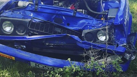 STORE SKADER: Rallybilen til Olav Fredriksen fikk store skader etter utforkjøringen på den niende fartsetappen i Rally Aurskog-Høland.FOTO: PRIVAT