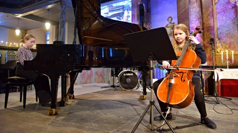 DUO: Susanne Rugaas Flatland på piano og Vilde Helene Haugen på cello spiller Ave Maria.