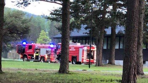 Full utrykning: Både brannvesen, politi og ambulanse rykket ut til Heistadmoen tirsdag kveld.