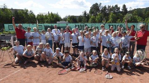 REKORDDELTAKELSE: Glade deltakere og instruktører på KTKs tennisskole, som samlet nesten 40 deltakere.ALLE FOTO: OLE JOHN HOSTVEDT