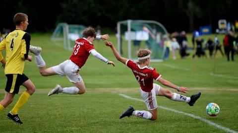 Under fjorårets turnering jaget KIFs Mathias Hammer (t.h.) scoring mot Raufoss, mens Jonas Lia kom flyvende i bakgrunnen. Sommerens turnering er nå avlyst.