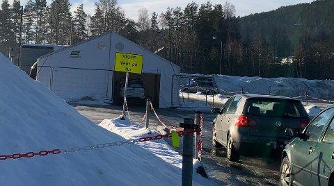 KØ: Mandag ble det meldt om lange køer utenfor teststasjonen.