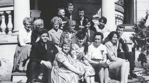 17. mai 1961: Rektor og grunnlegger Hild Ingemann Knutzen på trappa med noen av skolens elever. Foto: Privat