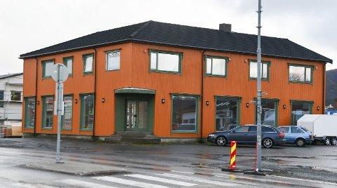 Sentrumsgården, det gamle Radio/sport-bygget på Leknes, eies av Midt-Lofoten Eiendom.