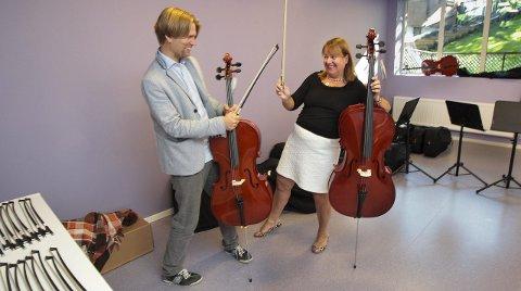 Musikk: – Alle elevene våre får spille et instrument som de låner på skolen. CIS har eget orkester, sier Fredrik Hansen og Lise Holman.