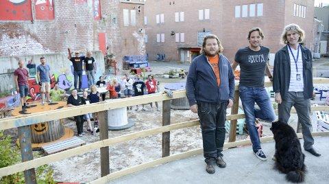 KLARE FOR FESTIVALEN SIN 2016: Nærmest står veteranene Lars-Erik Bergmann (fra venstre), Tony Fjærgård og Morten Didriksen. I bakgrunnen noen av de andre, mange frivillige.