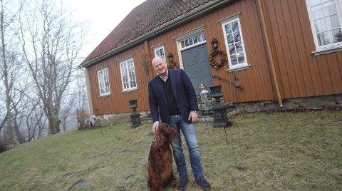 Skal gjør jobben: Ole Kr. Sivertsen er hentet inn som ny styreleder i Rygge Airport. Her er han på eiendommen «Nøisom» i Råde sammen med hunden «Harald Jensen». Foto: Jon Gran