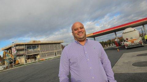 TAR IMOT: Eduardo Jacobsen er klar til å ta imot nye ansatte til McDonald's i Rygge.