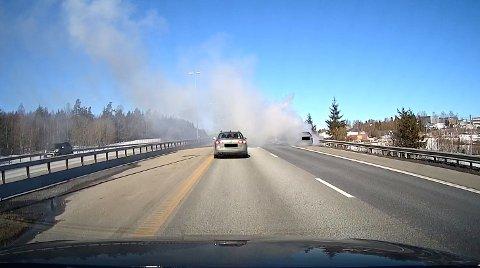 MYE RØYK: Det var mye røyk fra bilen som sto i full fyr på E6 langfredag.