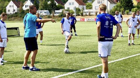 FRUSTRERT: Sprint-trener Gard H. Kristiansen synes det er leit at Fredrikstads rekruttlag i 4. divisjon stiller med bare A-lagspillere fra start. Det gjør det naturligvis blytungt for Jeløy-herrene.