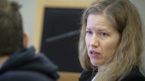 Pratet: Advokatfullmektig Ellen Rønvik ba om lukkede dører i håp om at hennes klient (med ryggen til) skulle forklare seg om knivstikkingen han erkjente å stå bak. Begge foto: Terje Holm